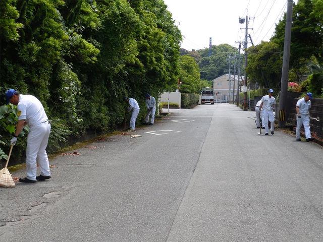事業所周辺道路の清掃も実施しました