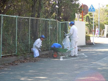 工場敷地外側溝清掃