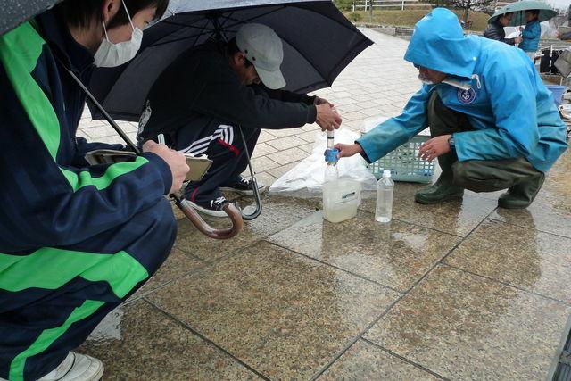 雨の振る中の調査