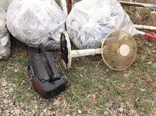 浜名湖の中に投棄されていたラジカセと扇風機