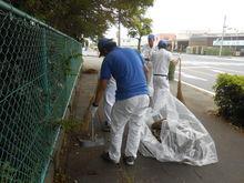 竜洋工場  会社前の道路の掃き掃除、ゴミ拾いの様子