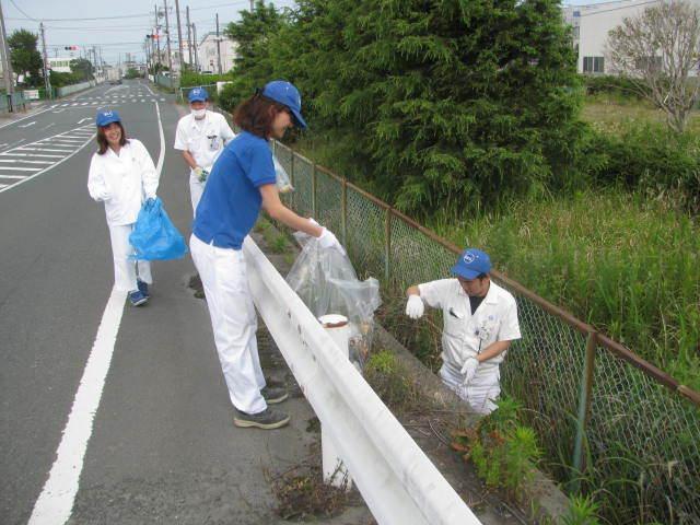 天竜工場 会社前の道路の側溝清掃、ゴミ拾いの様子