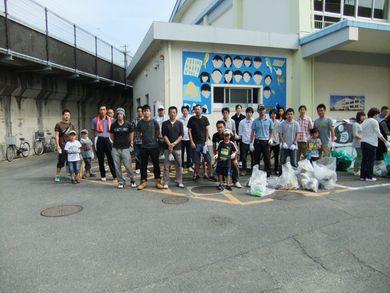 ゴール地点の小学校に到着した参加者集合写真