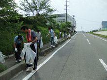 工場を出て県道643号へ、          すでにゴミが落ちています