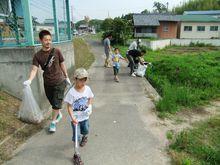 学校に近づくころにはゴミ袋も重くなってきています