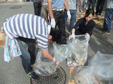 小学校に到着、                 回収したゴミは空き缶類が目立ちました