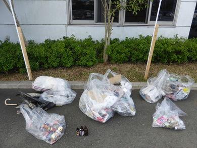 回収したゴミはプラスチックや缶や瓶のほか、傘までありました