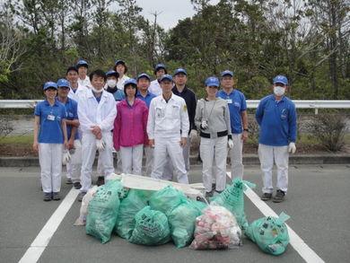 参加者と、回収したゴミ