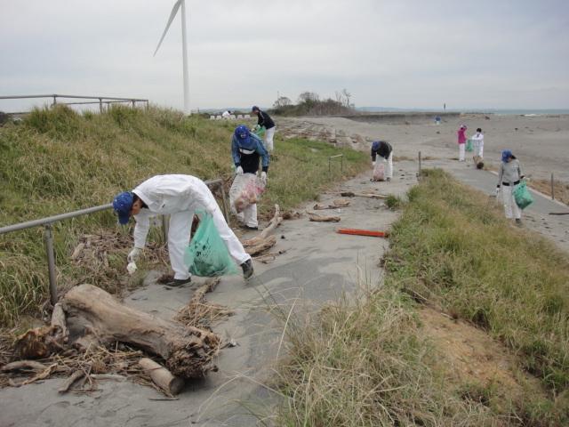 浜から道路に向かってゴミ拾い
