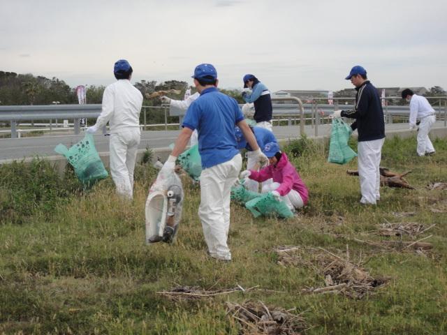 道路に近づくにつれゴミ袋は満タンに!