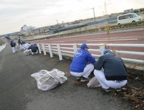 歩道のゴミ拾い