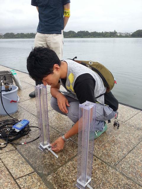 測定器で湖水の透明度を測ります