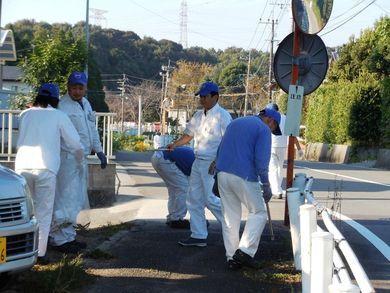 工場近隣の住宅地道路沿いをゴミ拾い