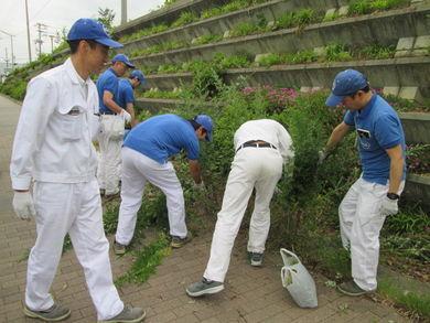 浜北工場 周辺道路の草刈りやゴミ拾い・側溝清掃をしました