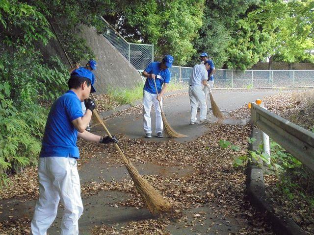 細江工場 周辺道路の清掃や落ち葉掃きなどを行いました