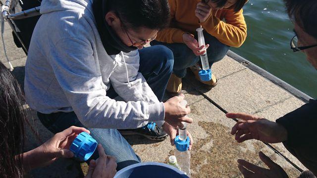 注射筒とろ紙で湖水をろ過