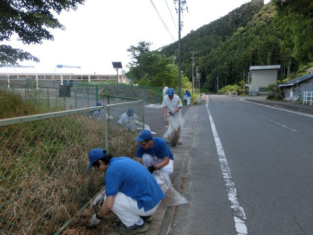 渡ケ島工場 周辺道路の草取りやゴミ拾いをしました