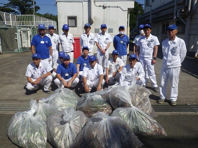 浜北工場第二製造課 周辺道路の草取りやゴミ・落ち葉拾いをしました