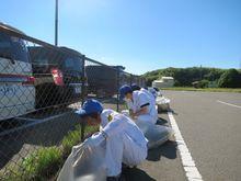 鈴鹿工場 周辺道路の草取りやゴミ・落ち葉拾いをしました