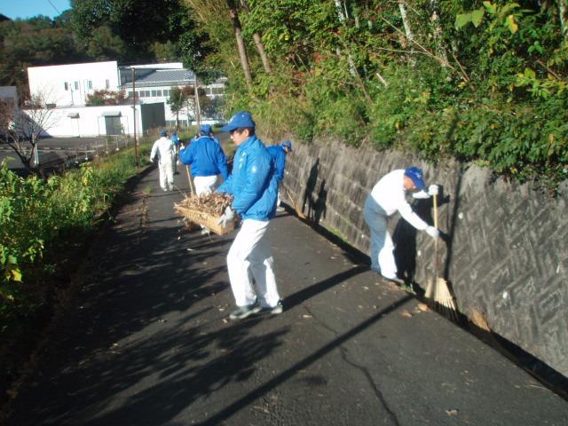 細江工場 側溝の落ち葉をいしみいっぱい回収しました