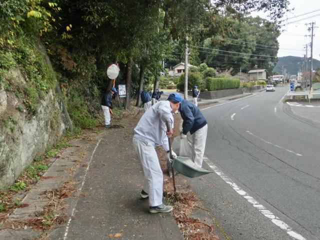 渡ケ島工場 事業所周辺の道路を清掃しました