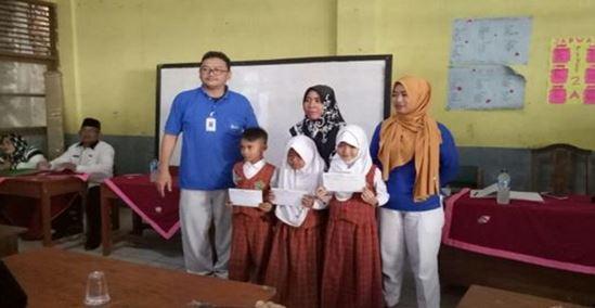F.C.C. インドネシア               近隣小学校の成績上位者に対し奨励金を寄付
