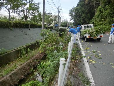 【渡ケ島工場】周辺道路の草取りやゴミ拾いをしました