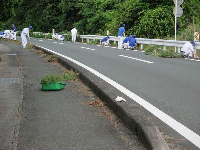 【本社/技術研究所/生産技術センター】 周辺道路や公園の草取りやゴミ拾いをしました