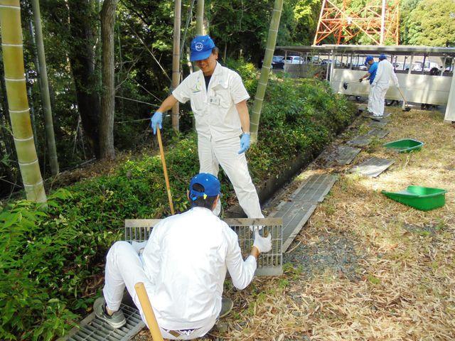 【細江工場】周辺道路の清掃や側溝掃除などを行いました