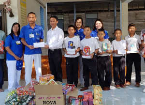 FCCタイ/近隣学校へ備品を寄贈